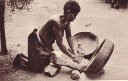 femme préparant la farine de maïs/photo A. Landeghem