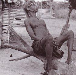 Vieillard se reposant, Oli, Kolenkema, Bandundu/Photo A. De Cruz/Congopresse 1946