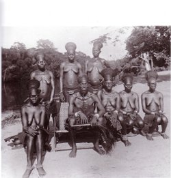 Chef Danga et ses femmes-Mangbetu, Rungu, Uélé, Haut-Zaïre/photo général Molitor, 1953